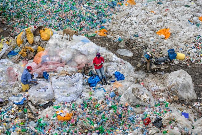 Dandora Landfill #3, Plastics Recycling, Nairobi, Kenya 2016photo © Edward Burtynsky, courtesy Admira Photography, Milan / Nicholas Metivier Gallery, Toronto